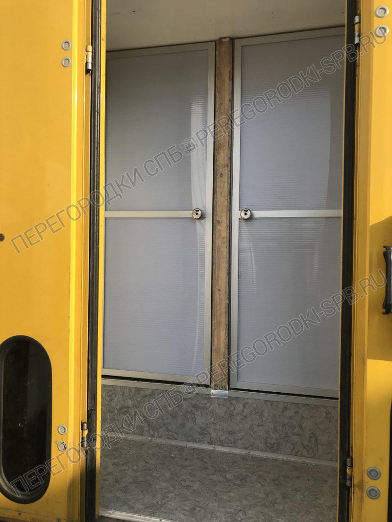 dveri-peredvizhnogo-tualeta-dlya-kinostudii-2