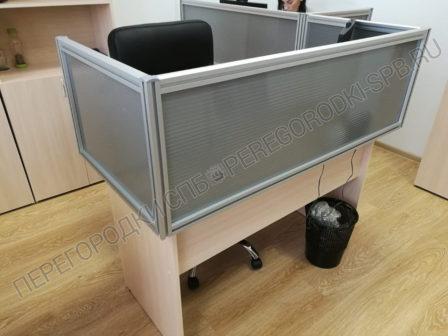 ekrany-na-stoly-dlya-razdeleniya-rabochih-mest-v-ofise-3