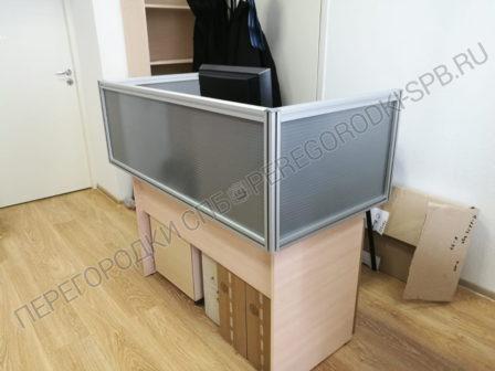 ekrany-na-stoly-dlya-razdeleniya-rabochih-mest-v-ofise-4