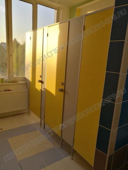 santehnicheskie-tualetnye-kabinki-v-shkolu-364-3