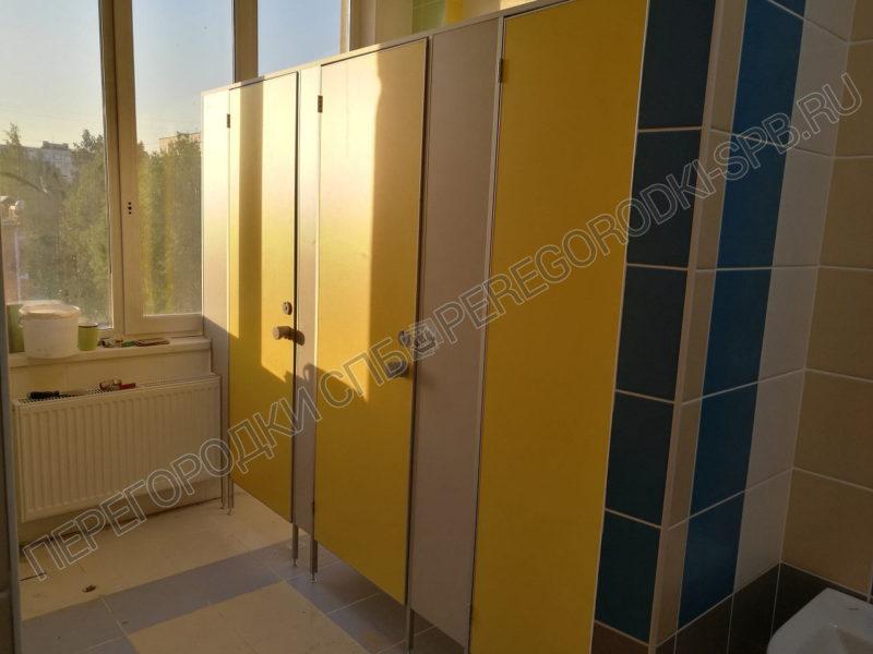 santehnicheskie-tualetnye-kabinki-v-shkolu-364
