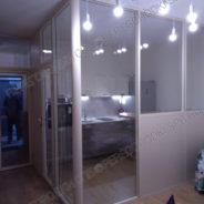 Стеклянная перегородка в квартиру-студию