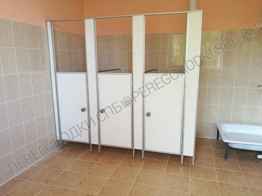 tualetnye-kabinki-dlya-detskogo-sada-v-p-ovsishhe