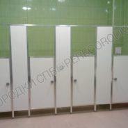 Кабинки в туалете детского сада-2