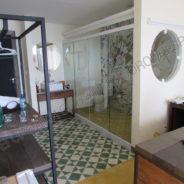 Туалетная перегородки с разджвижными цельностеклянными дверьми