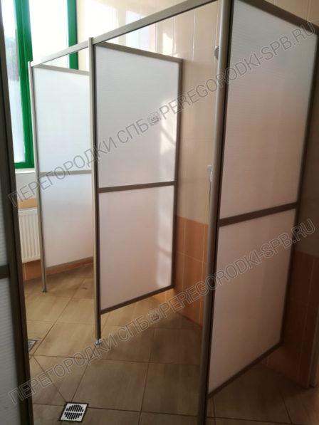 dushevye-ekrany-iz-plastika-i-zerkalo-v-rame-2