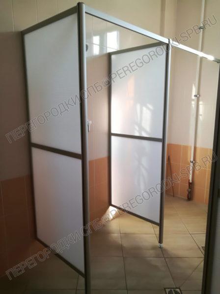 dushevye-ekrany-iz-plastika-i-zerkalo-v-rame-3