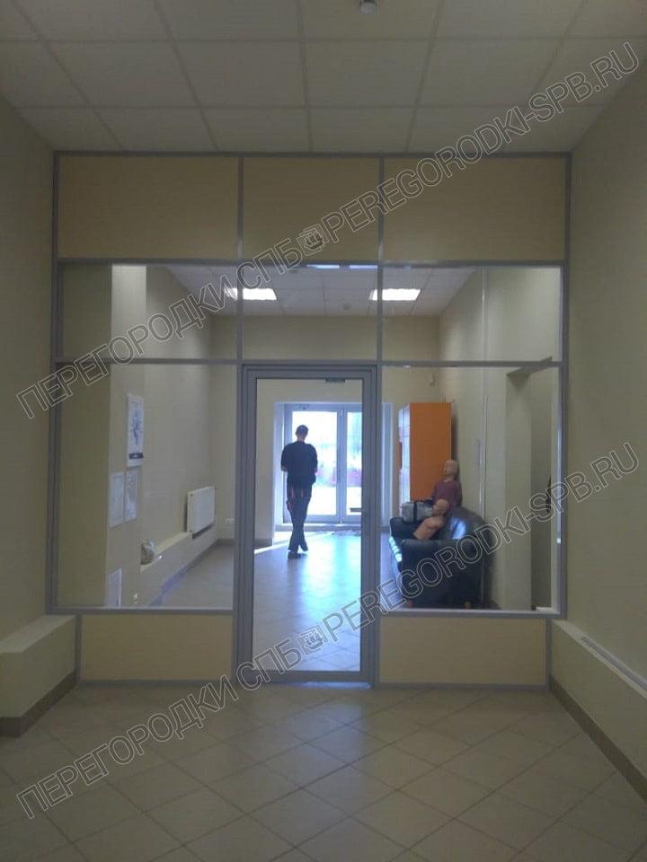 ofisnaya-peregorodka-so-steklom-razdelyayushaya-koridor