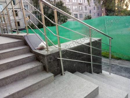 ograzhdeniya-iz-nerzhaveyushey-stali-na-lestnitse-pered-vhodom-1