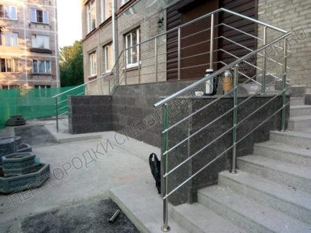 ograzhdeniya-iz-nerzhaveyushey-stali-na-lestnitse-pered-vhodom-2