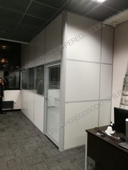 peregorodka-s-dveryu-dlya-peregovornoy-v-ofise-2