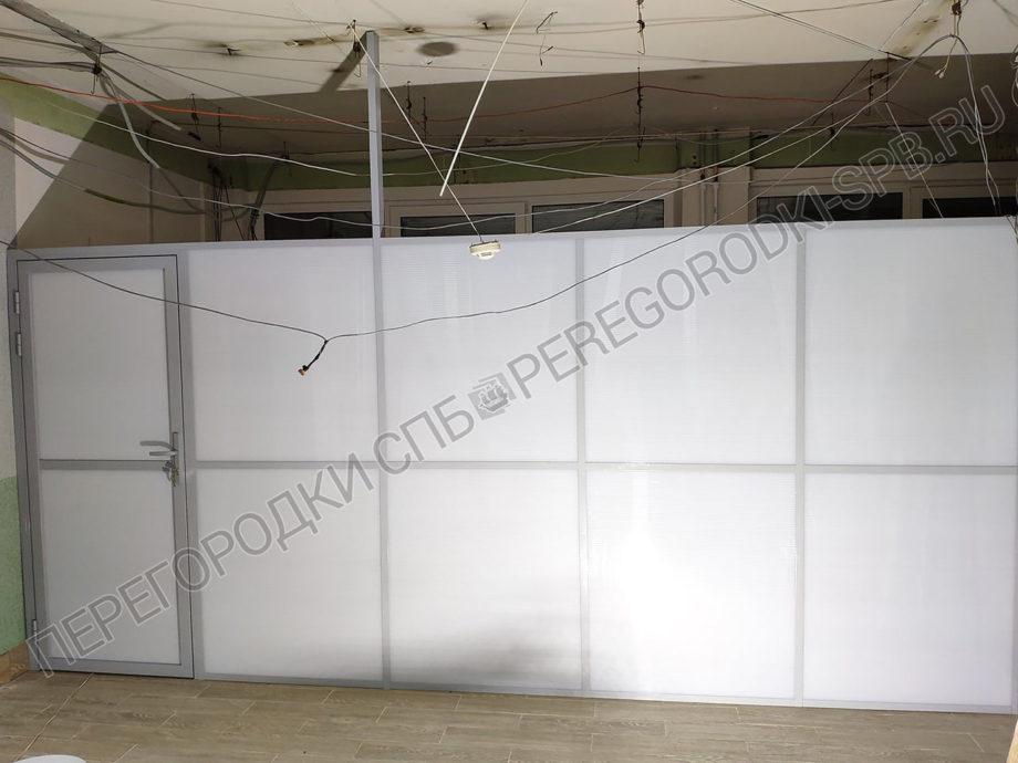 peregorodka-s-dveryu-dlya-polikliniki-1