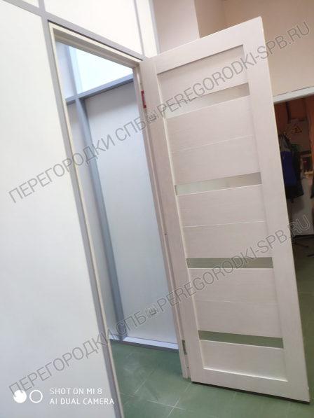 peregorodka-s-dveryu-v-salon-krasoty-2