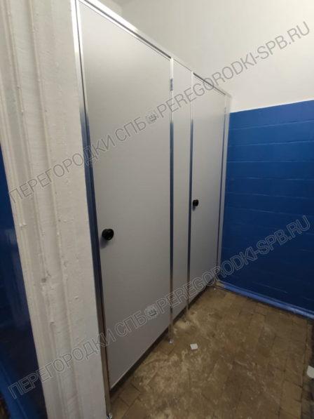 peregorodki-dlya-tualeta-v-passazhirskom-portu-2