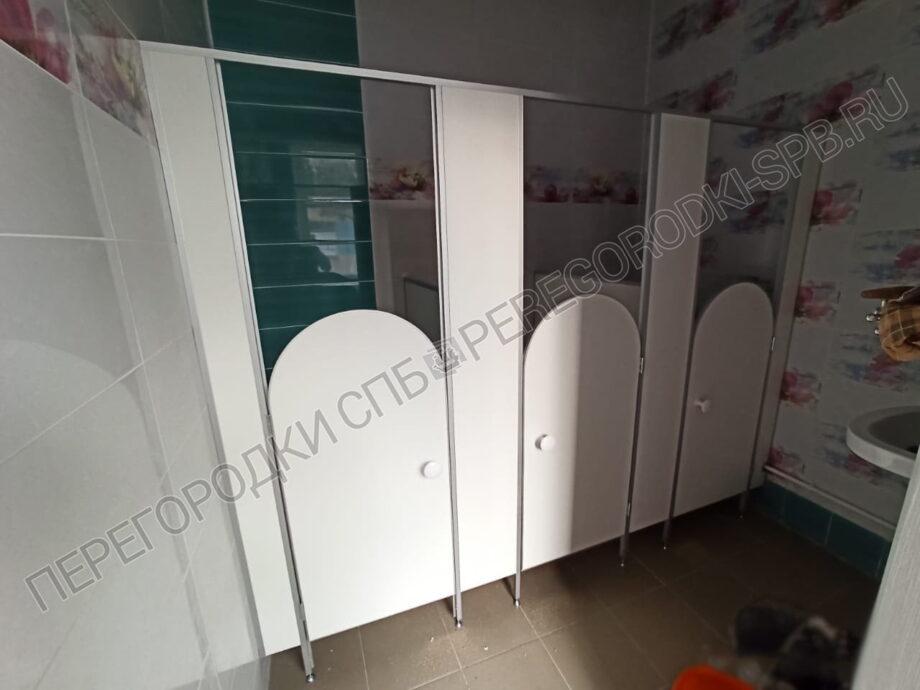 peregorodki-dlya-tualetov-v-detskom-sadike-1
