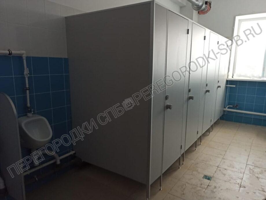 pissuarnye-i-tualetnye-peregorodki-dlya-shkoly-1
