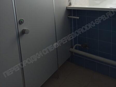 pissuarnye-i-tualetnye-peregorodki-dlya-shkoly-3