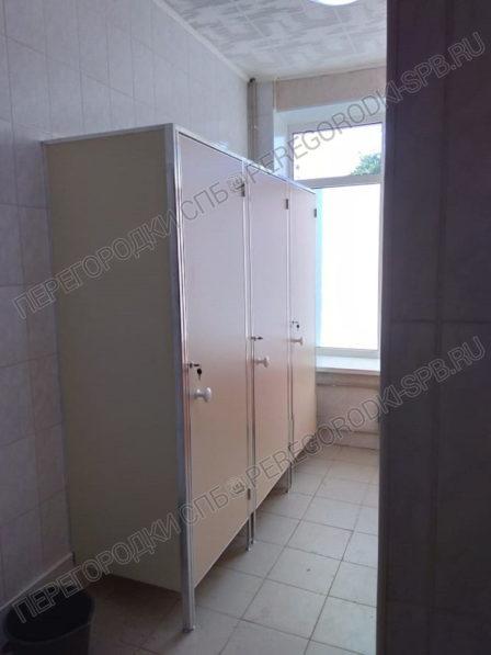 santehnicheskie-kabiny-dlya-gimnazii-petershule-7