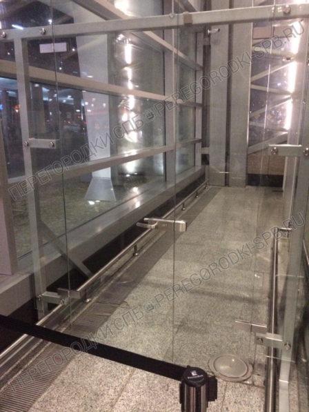 tselnosteklyannaya-peregorodka-s-dveryu-v-aeroport-pulkovo