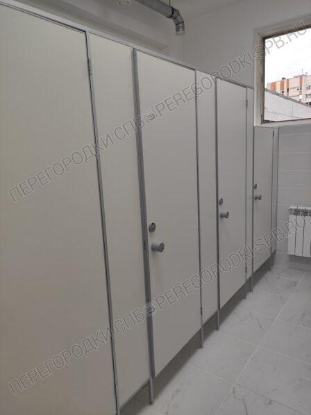 tualetnye-i-pissuarnye-peregorodki-dlya-shkoly-1
