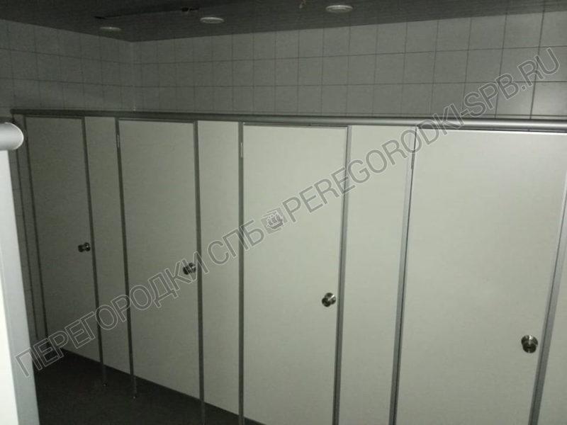 tualetnye-kabinki-i-pissuarnye-peregorodki-v-p-strelna-1