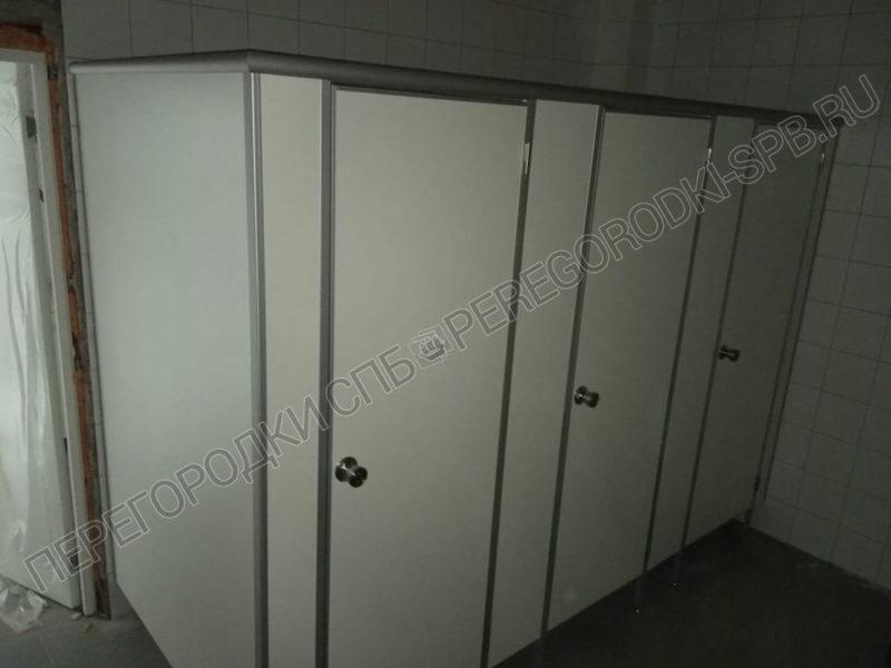 tualetnye-kabinki-i-pissuarnye-peregorodki-v-p-strelna-2