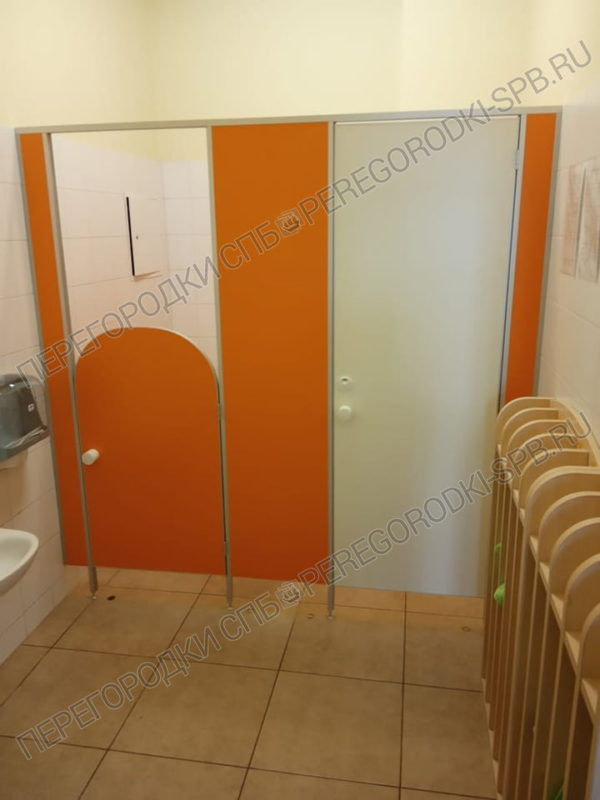 tualetnye-kabinki-v-shkole-benua