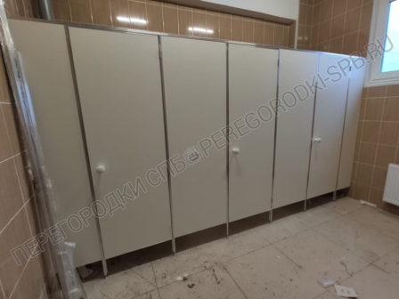 tualetnye-peregorodki-ekonom-v-shkolu-1