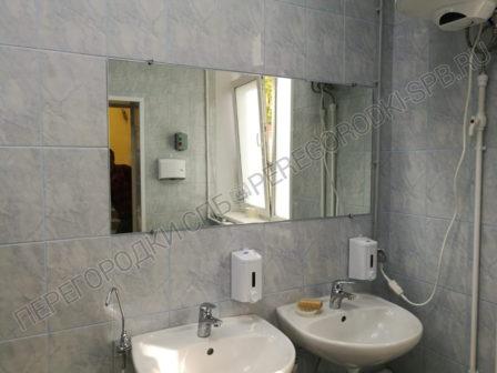 tualetnye-peregorodki-i-zerkala-dlya-shkoly-2