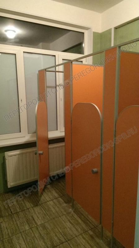 tualetnye-peregorodki-i-zerkala-dlya-shkoly-5