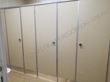 tualetnye-santehnicheskie-peregorodki-dlya-delovogo-tsentra-4
