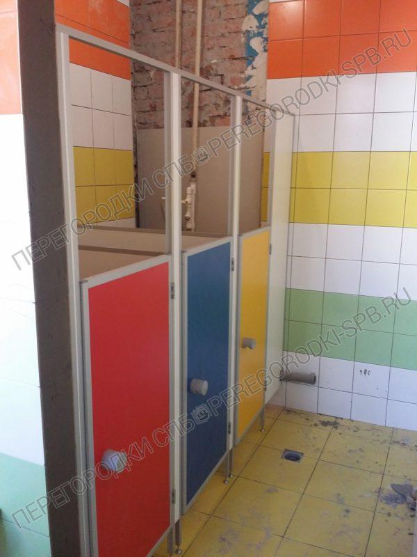 tualetnye-santehnicheskie-peregorodki-v-detskiy-sad