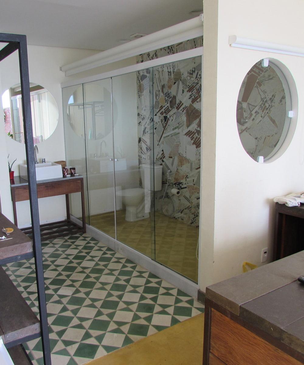 Туалетные перегородки и кабины из стекла