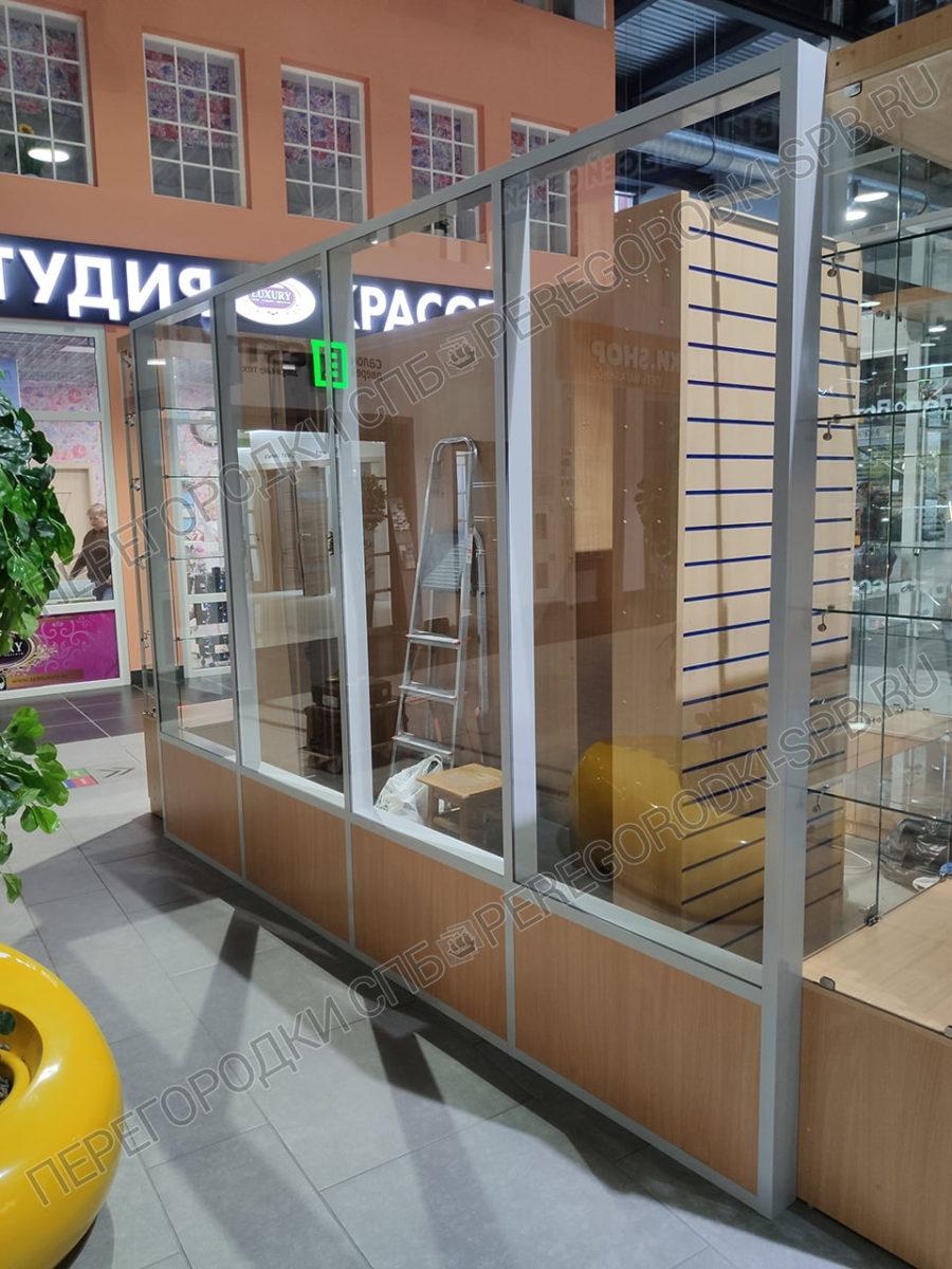 vnutrennyaya-peregorodka-dlya-torgovogo-ostrovka-3